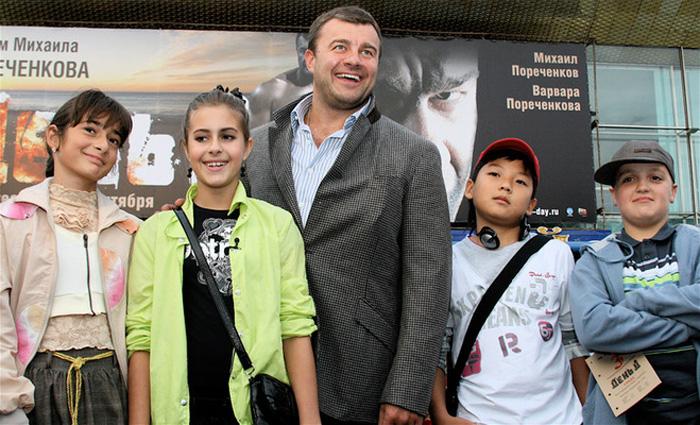 У Михаила Пореченкова две дочери и трое сыновей.