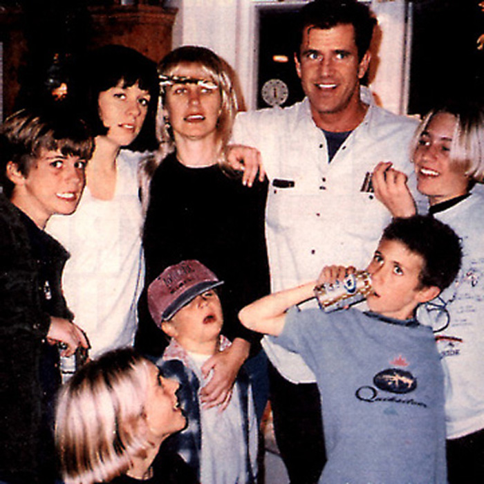 У Мела Гибсона три дочери и шесть сыновей.