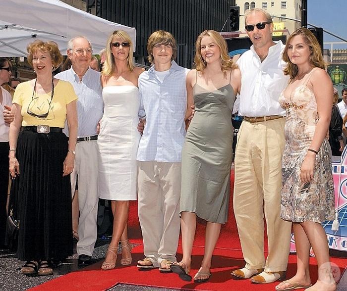 У Кевина Костнера семеро детей.