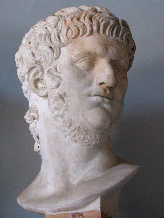 В последние годы жизни Нерон носил длинные волосы и бороду, отождествляя себя с кифаредом Аполлоном.