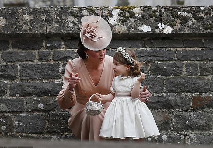 Маленькая Шарлотта с мамой в день свадьбы Пиппы Миддлтон в мае 2017 года.