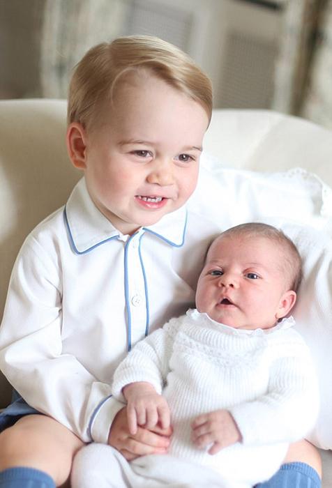 Фотография новорожденной Шарлотты на руках своего брата. Фото сделала герцогиня Кембриджская в 2015 году.