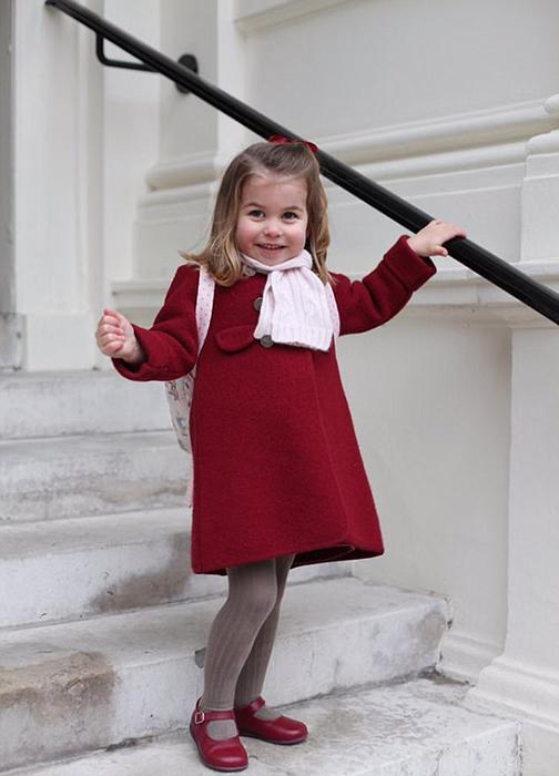 Очаровательная Шарлотта на ступенях королевского дворца.