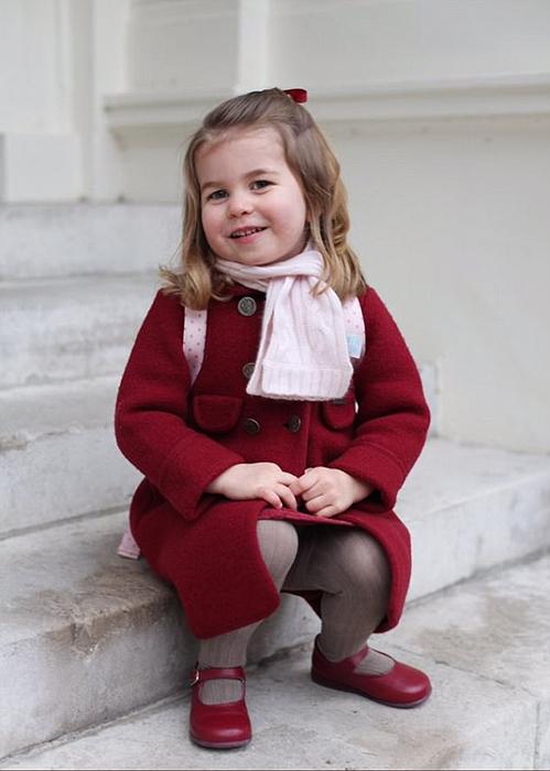 Фотографии юной Шарлотты в первый день садика.