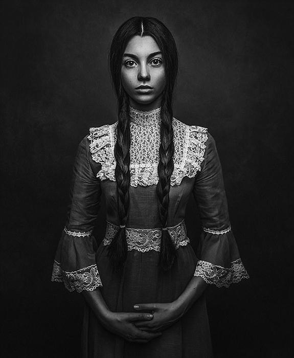 Фото девушки в одежде викторианской эпохи. Автор: Paulina Duzcman.