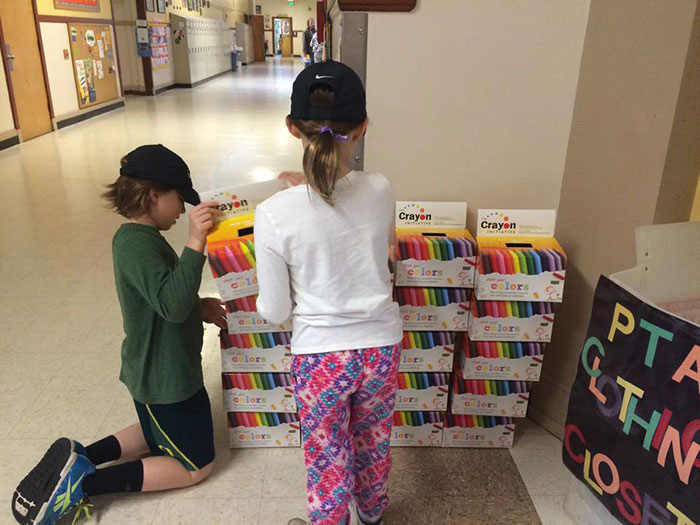 Дети в больнице радуются новым мелкам от Брайана Вэйра.
