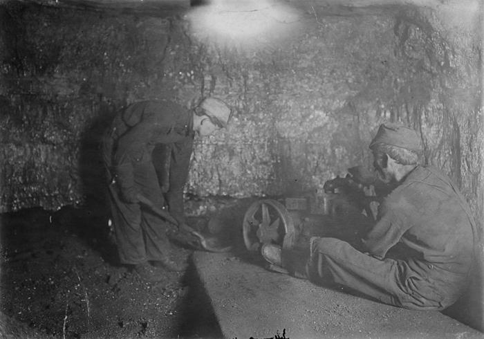 Безил Робертс и Джеймс Хоппер, обоим 12 лет, загружают лопатами цинковые отходы в шахте Красная Звезда (Западная Вирджиния).