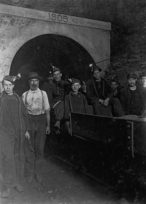 Фотография у входа в шахту в Западной Вирджинии, 1908г.