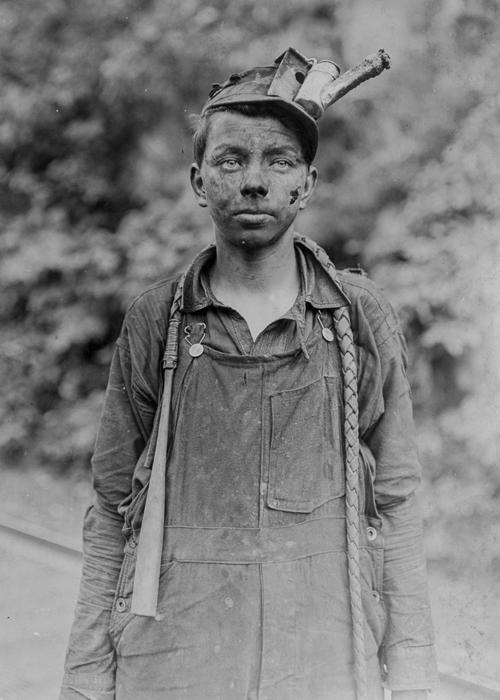 Молодой шофер в шахте Браун в Западной Вирджинии.