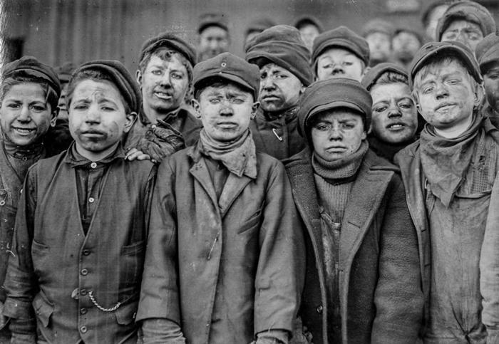 Мальчики, работающие сортировщиками на конвейере в угольной шахте. 1911г.