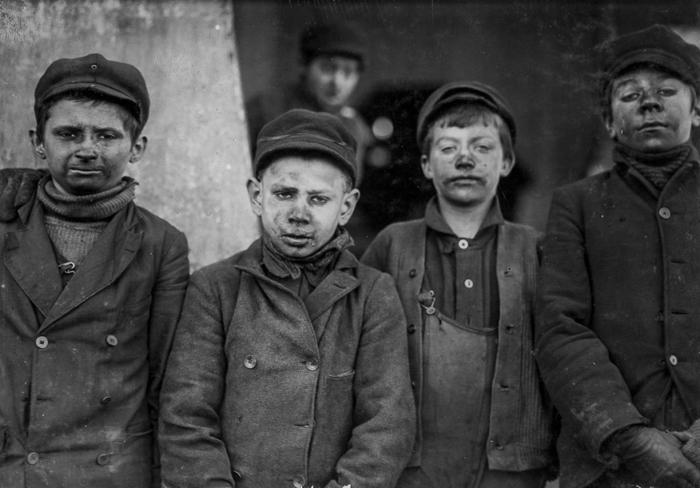 Мальчишки, сортирующие вручную уголь на конвейере.
