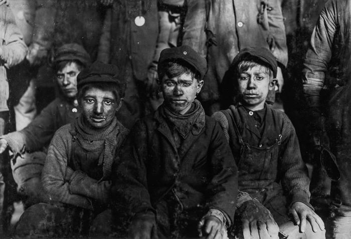 Мальчики-сортировщики, работающие на угольной шахте. 1911г.