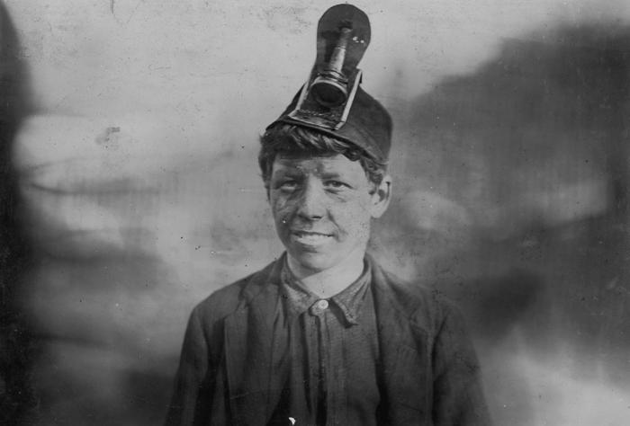 Фрэнк, 14 лет. К тому времени он проработал на шахте уже три года и был на год госпитализирован, после того как на его ногу упала телега с углем.