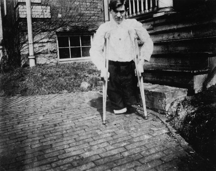 Нола МакКинни потерял обе ноги в 14 лет, когда мототележка сбила его во время работы в шахте.