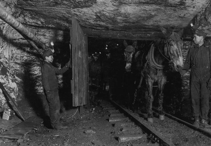 14-летний Вилли Брайден придерживает двери для мула с тележкой в шахте Пенсильвании. 1911г.