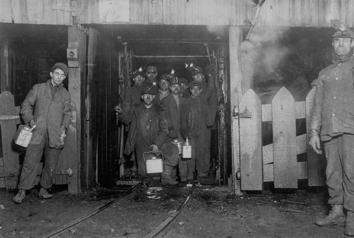 Рабочие ждут в лифте, чтобы подняться на поверхность в конце рабочего дня. 1910г.