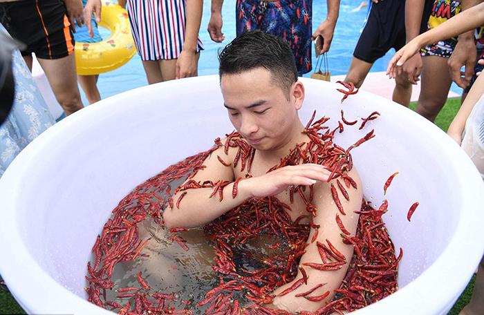 Участникам конкурса нужно было находиться в воде с перцем.