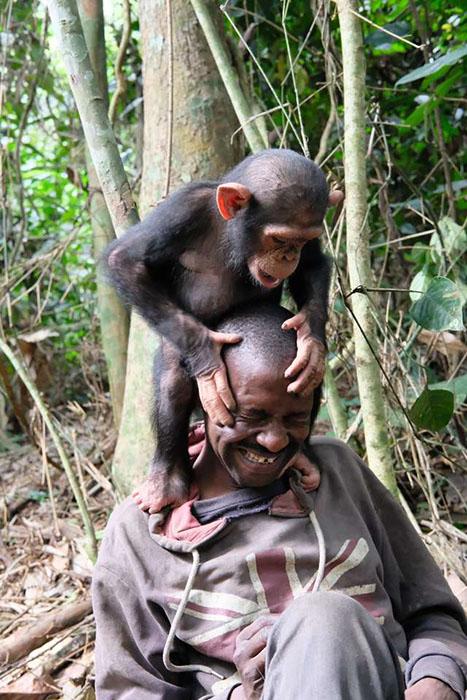 Сандре удается наладить контакт с маленькими обезьянками. Фото: Amy Hanes.