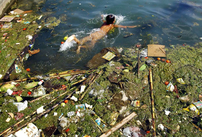 Загрязненный водоем.