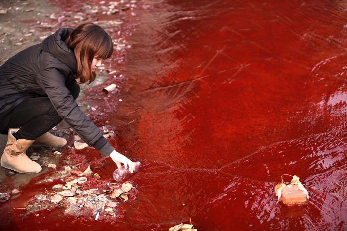 Река ярко-красного цвета.