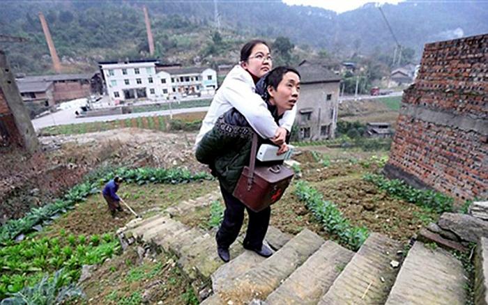 Муж Ли помогает ей, когда нужно преодолеть большое расстояние до дома пациента.