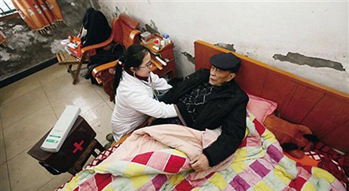 Ли посещает на дому пациентов, которые по разным причинам не могут сами прийти к ней на прием.