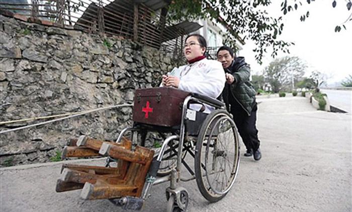 В последнее время у Ли появилось также кресло, которое, впрочем, не всегда пригодно, если речь идет о неровных дорогах у ферм.