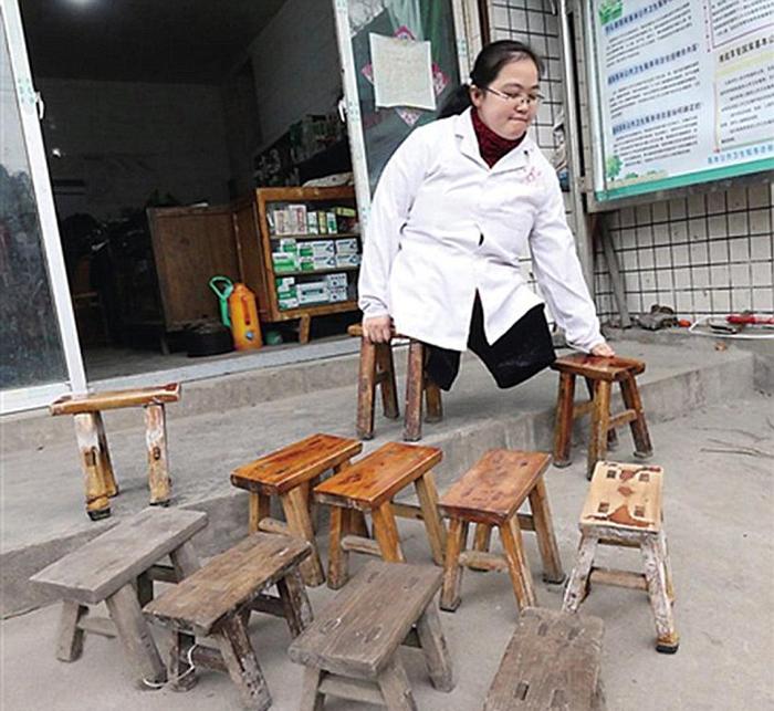 В восемь лет Ли научилась передвигаться при помощи деревянных табуреток.