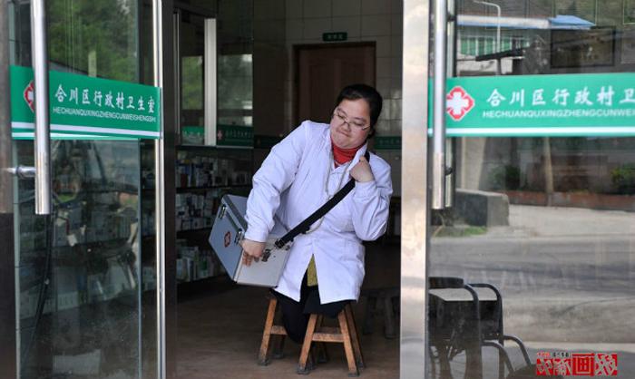Ли Йухонг на пороге аптеки.