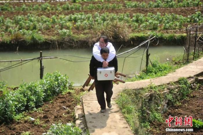 Ксинг, муж Ли, оставил свою работу, чтобы помогать девушке по дому.
