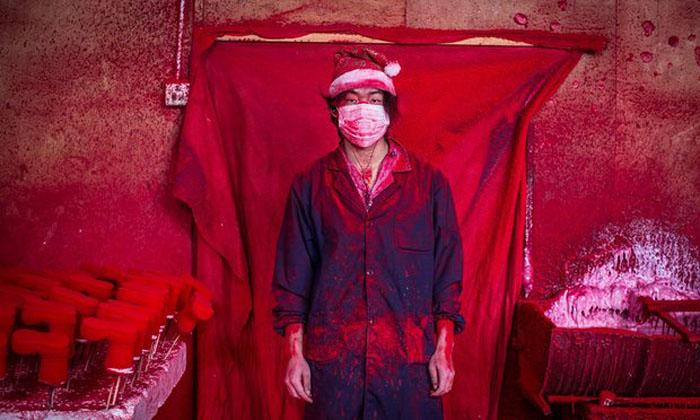 19-летний Веи работае на одной из фабрик Китая, покрывая игрушечных снеговиков красной краской.