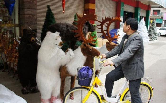 Новогодние товары на продаже в городе Иу.