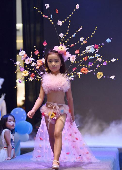 В показе мод участвовали маленькие девочки.