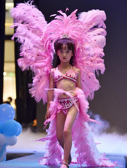 В шоу участвовали девочки от 5 до 13 лет.