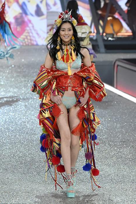 Китайская модель Лиу Вен в ярком наряде Victoria's Secret с элементами китайских народных костюмов.