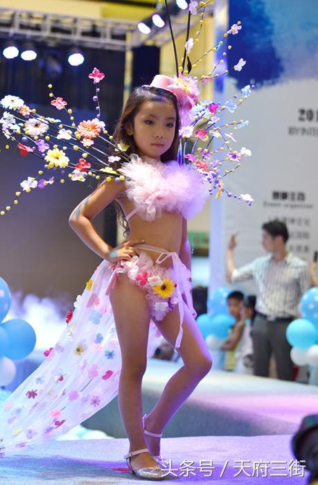 Фотографии девочек-моделей вызвали бурю негодования со стороны пользователей Интернета.