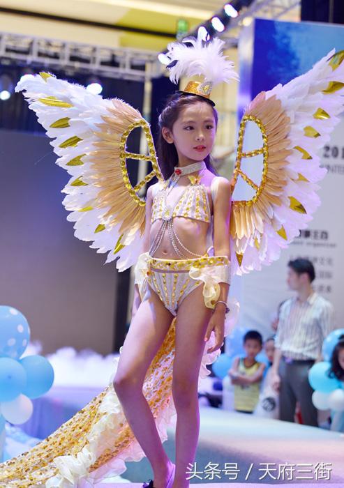 Девочки были одеты в крылья, как модели Victoria's Secret.