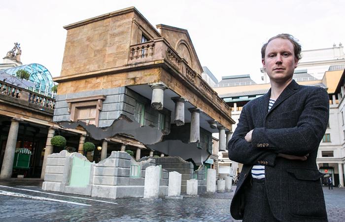 Скульптор Алекс Чиннек рядом со своей работой.