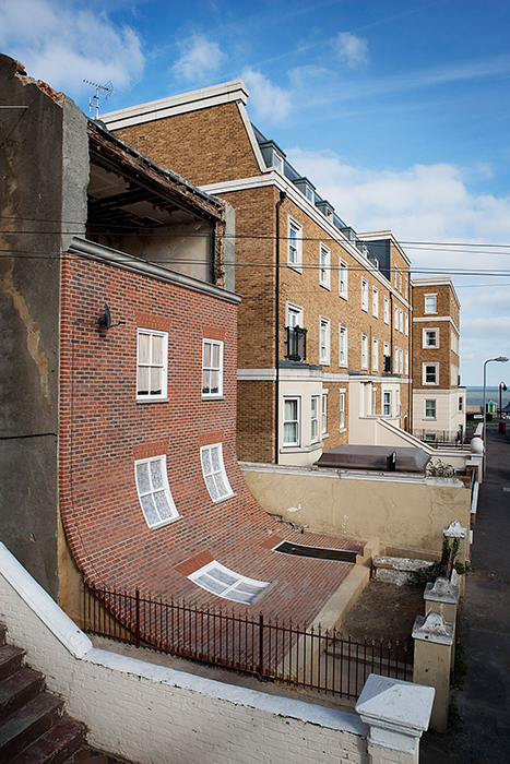 «From the Knees of My Nose to the Belly of My Toes». Автор: Alex Chinneck.