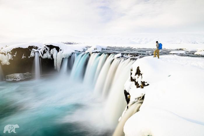 Оглядывая заснеженный водопад.