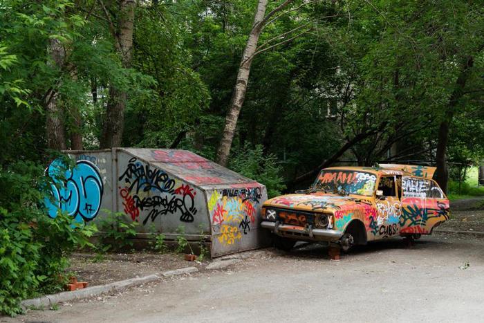 Ржавый автомобиль и гараж-ракушка.