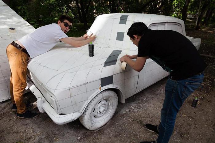 *Вырезаем слой с изображением машины.*