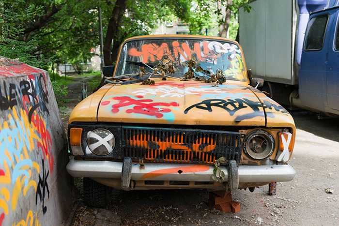 Брошенный москвич и гараж-ракушка, ставшие объектом для художественно проекта в Екатеринбурге.