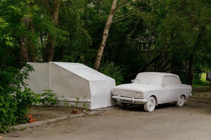 Для начала и машину, и гараж покрасили  белый цвет.