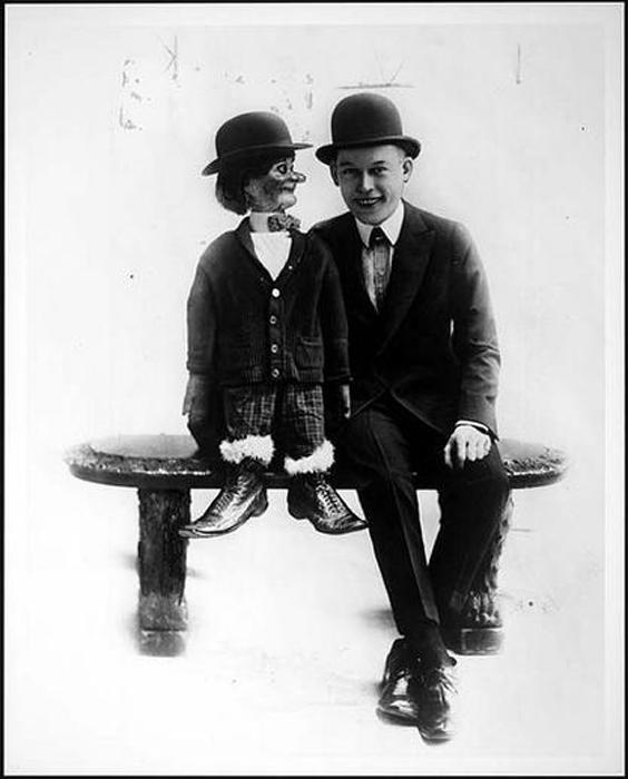 Чревовещатель и его кукла.