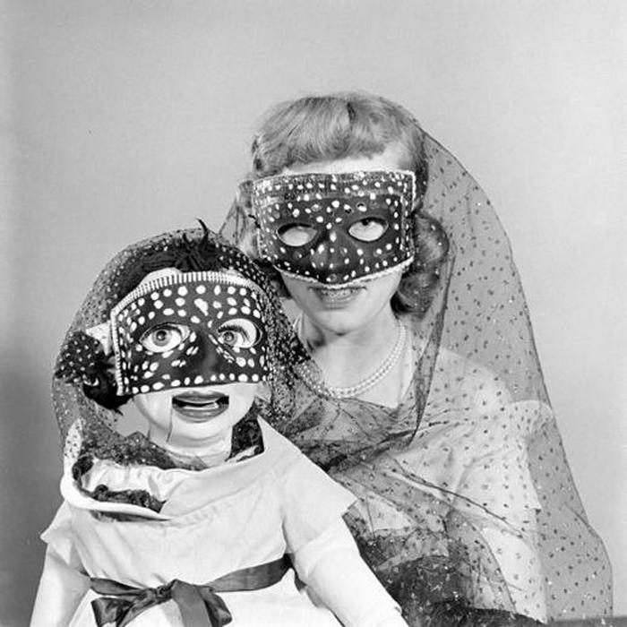 Женщина-чревовещатель и ее кукла.