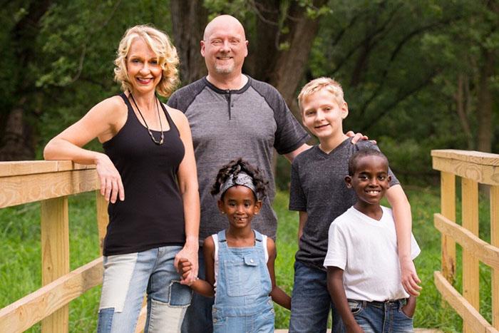 Джона со своей приемной семьей.