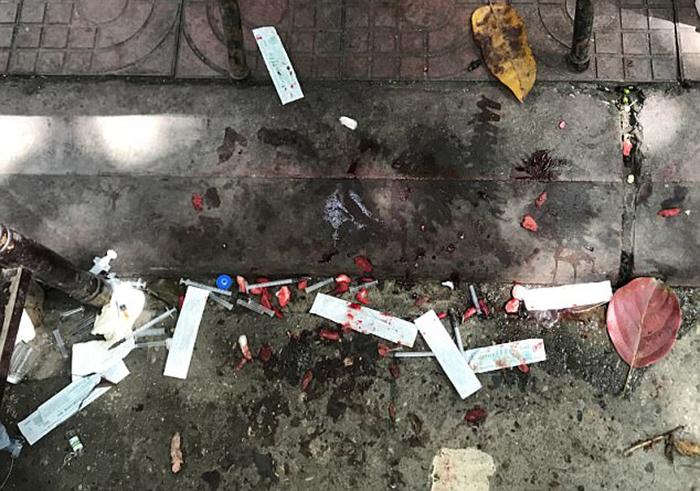 Все ненужное и отрезанное ветеринар бросал прямо себе под ноги.