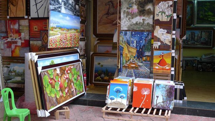 В Дафене можно найти огромный выбор картин-подделок.