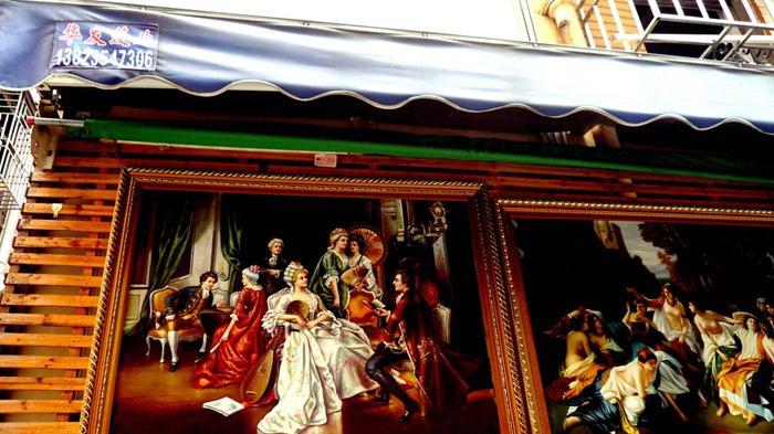 Деревня Дафен превратилась в огромную галерею живописи.